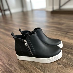 NWOT Rubber Black High Top Steve Madden Sneakers 9